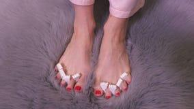 Mulher com pés desencapados no tapete do falso da pele filme