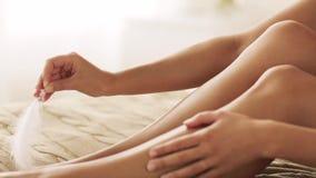 Mulher com pés desencapados tocantes da pena na cama vídeos de arquivo