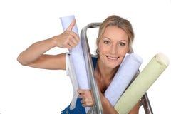 Mulher com papel de parede Fotografia de Stock