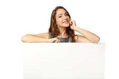 Mulher com papel em branco Fotografia de Stock Royalty Free