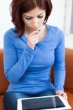 Mulher com PC da tabuleta Imagem de Stock Royalty Free