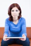 Mulher com PC da tabuleta fotografia de stock royalty free