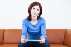Mulher com PC da tabuleta Imagens de Stock