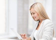 Mulher com PC da tabuleta Imagem de Stock