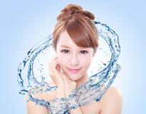 A mulher com pele fresca espirra dentro da água fotografia de stock