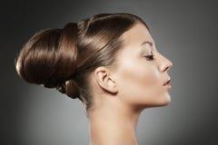 Mulher com penteado fotografia de stock royalty free