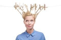 Mulher com penteado criativo de Pegs de roupa Imagens de Stock