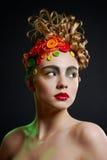 Mulher com penteado da faculdade criadora com butto colorido fotos de stock