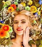 Mulher com penteado da flor. Imagem de Stock