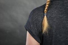 Mulher com penteado do cabelo louro e da trança fotos de stock