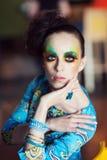 Mulher com penteado e composição da fôrma Foto de Stock