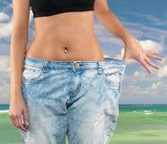 Mulher com perda de peso grande das calças de brim Fotos de Stock Royalty Free