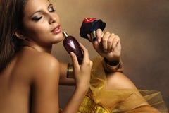 Mulher com perfume Foto de Stock Royalty Free