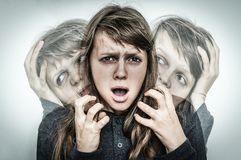 A mulher com personalidade rachada sofre da esquizofrenia Imagens de Stock