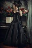 Mulher com piano imagens de stock