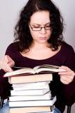 Mulher com a pilha de livros fotos de stock