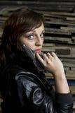 Mulher com pistola e casaco de cabedal Imagens de Stock