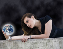 Mulher com planeta Fotografia de Stock Royalty Free
