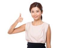 Mulher com polegar do dedo acima Imagem de Stock Royalty Free