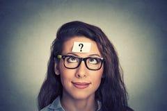 Mulher com ponto de interrogação Fotografia de Stock