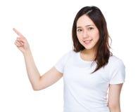 Mulher com ponto do dedo acima Fotografia de Stock Royalty Free