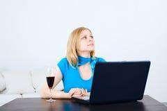 Mulher com portátil Fotografia de Stock Royalty Free