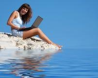 Mulher com portátil   Fotografia de Stock