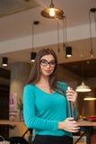 Mulher com portátil foto de stock royalty free