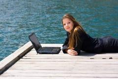 Mulher com portátil e mar fotos de stock royalty free