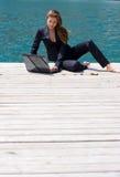 Mulher com portátil e mar Imagens de Stock Royalty Free