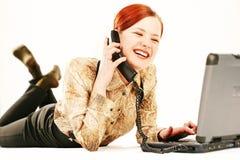 Mulher com portátil e receptor Fotografia de Stock Royalty Free
