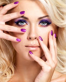 Mulher com pregos bonitos e composição do olho Imagem de Stock