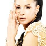 Mulher com pregos dourados e jóia bonita do ouro Imagens de Stock Royalty Free