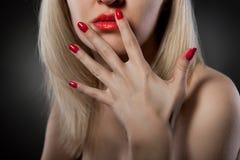 Mulher com pregos vermelhos imagem de stock