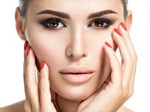 Mulher com pregos vermelhos e composição marrom fotografia de stock royalty free