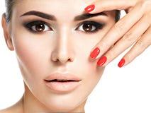 Mulher com pregos vermelhos e composição marrom imagens de stock