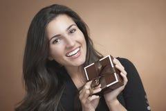 Mulher com presente Fotos de Stock Royalty Free