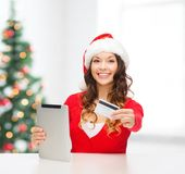 Mulher com presente, PC da tabuleta e cartão de crédito Fotografia de Stock Royalty Free