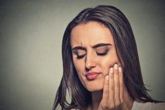 Mulher com problema sensível da coroa da dor de dente Imagens de Stock Royalty Free