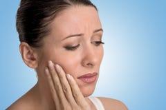 Mulher com problema sensível da coroa da dor do dente Fotos de Stock Royalty Free
