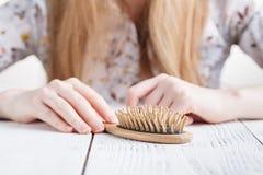 Mulher com problemas do cabelo, cabelo perdido no pente imagens de stock royalty free