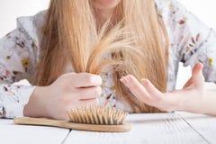 Mulher com problemas do cabelo, cabelo perdido no pente imagem de stock royalty free