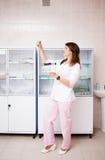 Mulher com produtos vidreiros químicos Fotografia de Stock Royalty Free