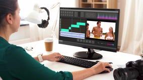 Mulher com programa de editor video no computador video estoque