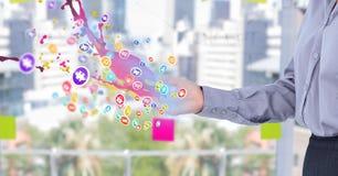 mulher com propagação da mão com de ícones da aplicação com as luzes cor-de-rosa e azuis que vêm acima do formulário ele E Fotos de Stock
