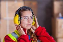 Mulher com proteção de audição Fotografia de Stock Royalty Free