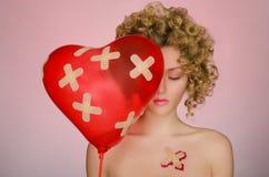 Mulher com remendos no corpo e em um balão Fotografia de Stock