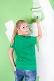 Mulher com rolo de pintura à disposicão Foto de Stock Royalty Free