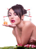 Mulher com rolo de sushi japonês Imagem de Stock