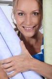 Mulher com rolos do papel de parede Imagem de Stock Royalty Free